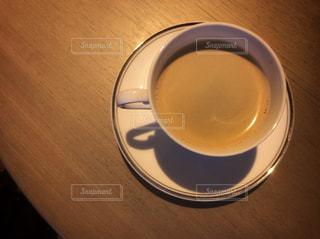 テーブルの上のコーヒー カップの写真・画像素材[956376]