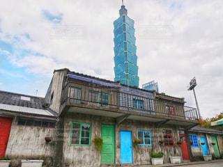 レトロな村と近代的な高層ビルの写真・画像素材[957453]