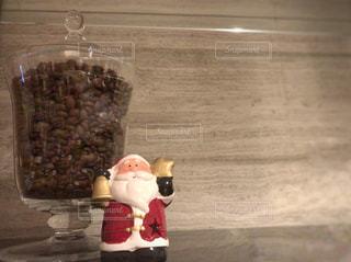 コーヒー豆とサンタさんの写真・画像素材[965843]