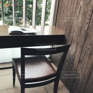 本,読書,椅子,テーブル,窓際,カウンター,木洩れ日,ひとり時間,特等席