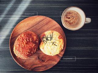 木製のプレートの上に食べ物の写真・画像素材[1038418]