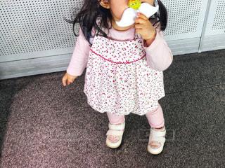 春コーデ&おヒゲのキャンディの写真・画像素材[1136325]