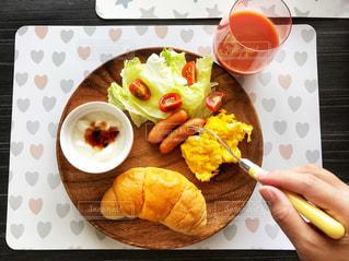 テーブルの上に食べ物のプレートの写真・画像素材[1152958]