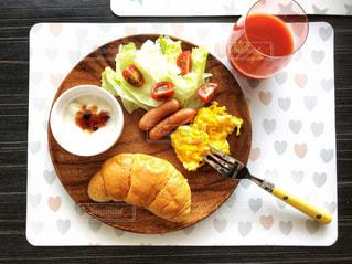 テーブルの上に食べ物のプレートの写真・画像素材[1152960]