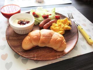 テーブルの上に食べ物のプレートの写真・画像素材[1152962]