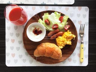 テーブルの上に食べ物のプレートの写真・画像素材[1152964]