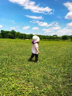 帽子を被って遊ぶ女の子の写真・画像素材[1181446]