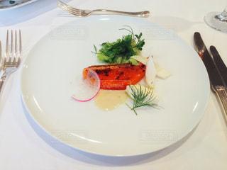 白プレートに魚料理の写真・画像素材[1197123]