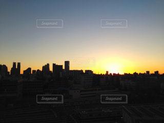 朝焼けの都市の景色の写真・画像素材[1220569]