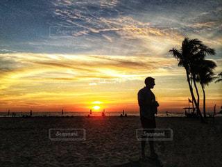 男性,海,空,夕日,椰子の木,ビーチ,雲,砂浜,夕焼け,シルエット,ヤシの木,マレーシア,夕陽,サンセット,椰子,コタキナバル,パーム,ボルネオ島