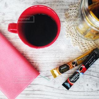 テーブルの上に座って赤カップの写真・画像素材[1284206]