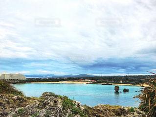 水色に透き通る海の写真・画像素材[1312836]