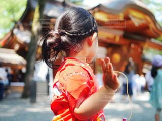 通りを歩きながら小さな女の子の写真・画像素材[1375776]
