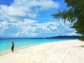砂浜の上に立っている人の写真・画像素材[1393426]