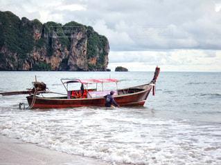 水の体の小さなボートの写真・画像素材[1400523]