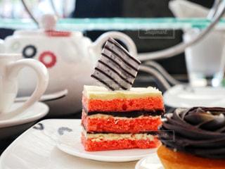 近くに皿の上のケーキのアップの写真・画像素材[1555231]