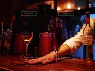ワインをサーブの写真・画像素材[1628067]