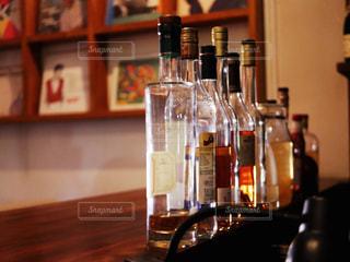 テーブルの上にワインのボトルの写真・画像素材[1639329]