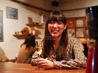 テーブルに座っている女性の写真・画像素材[1639349]