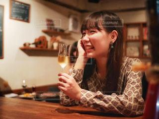 ワインのグラスを持っている人の写真・画像素材[1639350]