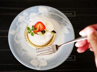 スイーツ,ケーキ,手,いちご,苺,デザート,フォーク,フルーツ,果物,皿,果実,新鮮,旬,フレッシュ,レアチーズケーキ,イチゴ,あまおう