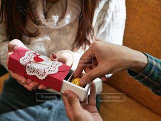 スイーツ,カップル,赤,お菓子,贈り物,チョコレート,バレンタイン,チョコ,男女,いただきます,バレンタインデー,ギフト,ラッピング,ボックス,本命,受け取る