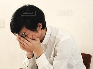 悲しむ男性の写真・画像素材[1814680]