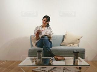リビング ルームに座っている人の写真・画像素材[1827180]