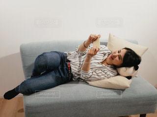 ベッドの上で横になっている人の写真・画像素材[1827213]