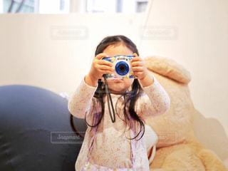 カメラにポーズ鏡の前に立っている人の写真・画像素材[1830312]