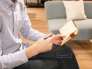 ソファに座る人の写真・画像素材[1869146]