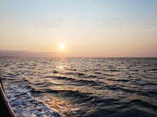 水平線に沈む夕日の写真・画像素材[1877072]