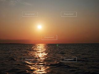 水の体に沈む夕日の写真・画像素材[1877078]