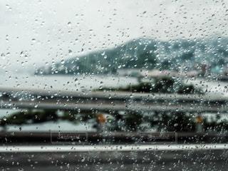 雨越しの景色の写真・画像素材[2112425]