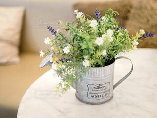 テーブルの上に座っている花の花瓶の写真・画像素材[2142341]