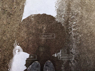 水たまりに傘の写真・画像素材[2211365]