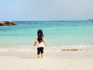 砂浜の上に立つ人の写真・画像素材[2264036]
