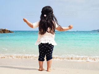 風景,海,空,夏,キッズ,屋外,砂,ビーチ,後ろ姿,波打ち際,散歩,沖縄,女の子,人,旅行,ブルー,幼児,ロングヘアー,レジャー,エメラルドグリーン,思い出,お散歩,ライフスタイル,おでかけ,釘付け