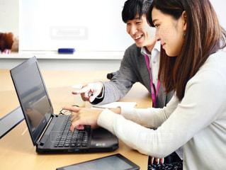 ラップトップコンピュータを使用する女性の写真・画像素材[2335648]