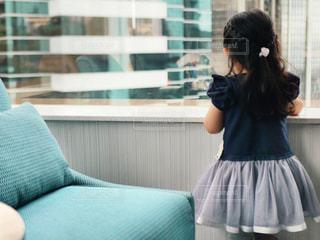 青いドレスを着た女性の写真・画像素材[2391034]