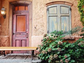 家の前に座っている木製のベンチの写真・画像素材[2436102]