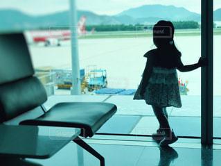 風景,後ろ姿,飛行機,窓,ベンチ,影,シルエット,女の子,少女,人物,人,空港,フィルム,雰囲気,旅立ち,切ない,別れ,出発,フィルム写真,見送り,眺める,窓ぎわ,フィルム風,フィルムフォト
