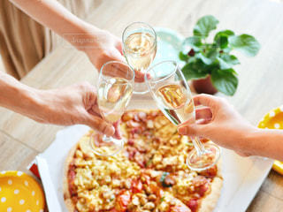 食べ物,人物,人,水玉,ワイン,グラス,泡,料理,乾杯,休日,ドリンク,女子会,ドット,炭酸,打ち上げ,手元,飲料,ワイングラス,ホームパーティ,スパークリング,ピザ,宅配ピザ,ピザパーティ,手もと