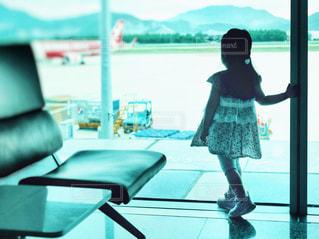窓の前に立っている人の写真・画像素材[2547078]