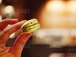 食べ物を持っている手のクローズアップの写真・画像素材[2921272]