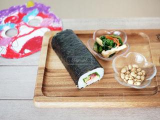 木製のまな板の上の食べ物の写真・画像素材[2939815]