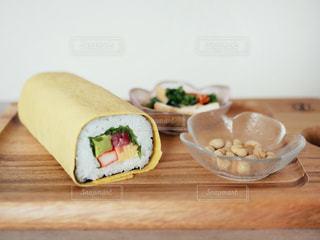 木製のテーブルの上に食べ物のトレイの写真・画像素材[2939819]