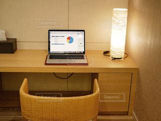 テーブルの上にラップトップが付いた机の写真・画像素材[2965565]
