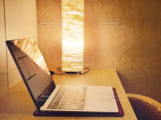 木製のテーブルの上に座っているラップトップコンピュータの写真・画像素材[2966162]