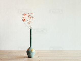 テーブルの上に花瓶の写真・画像素材[2988378]